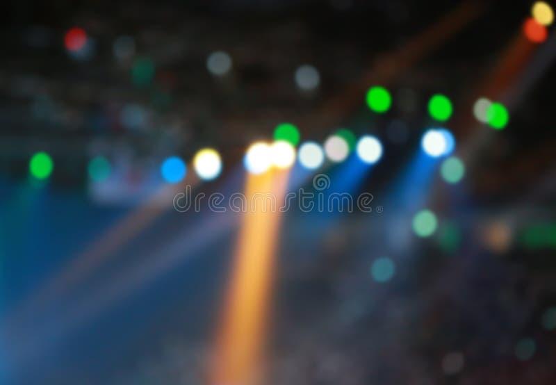 Θολωμένο φως συναυλίας με τα χρωματισμένους επίκεντρα και τον καπνό στοκ εικόνα