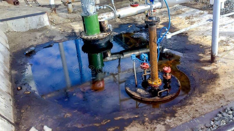 Θραύση του πετρελαίου στο λατομείο μιας δεξαμενής αποξηράνσεων για την άντληση του νερού αποβλήτων στοκ φωτογραφίες με δικαίωμα ελεύθερης χρήσης