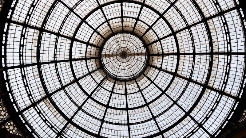 Θόλος γυαλιού στη λεωφόρο αγορών του Μιλάνου, όμορφο συμμετρικό σχέδιο, υπόβαθρο στοκ φωτογραφίες με δικαίωμα ελεύθερης χρήσης