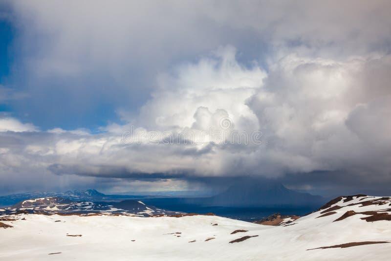 Θυελλώδη σύννεφα πέρα από caldera Askja τομέων λάβας Odadahraun βουνών tuya Herdubreid το Χάιλαντς της Ισλανδίας Σκανδιναβία στοκ εικόνα με δικαίωμα ελεύθερης χρήσης
