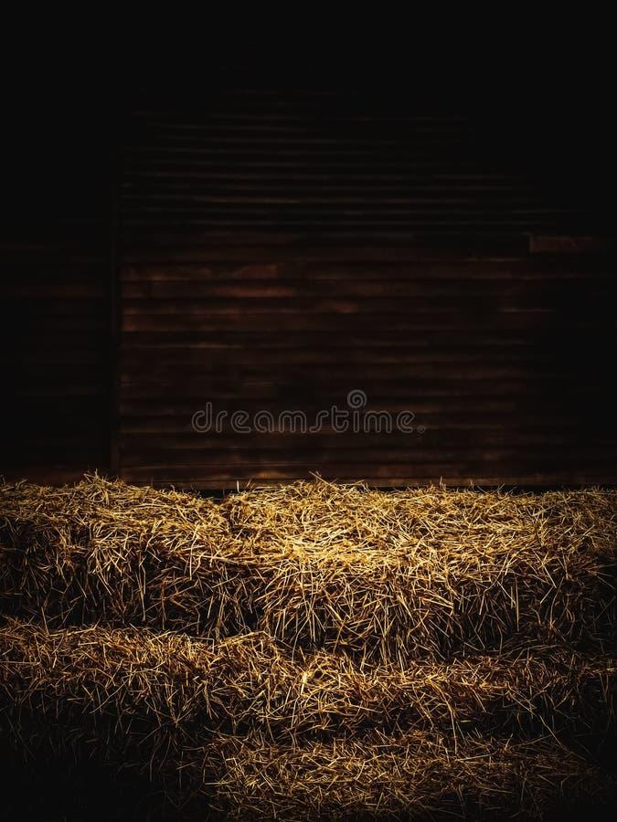 Θυμωνιές χόρτου μέσα στην ξύλινη σιταποθήκη στοκ φωτογραφίες