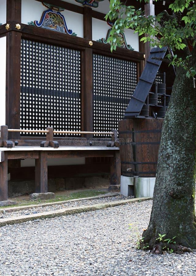 Ιαπωνικές ξύλινες λεπτομέρειες του παραθύρου με τις διακοσμήσεις στοκ εικόνες