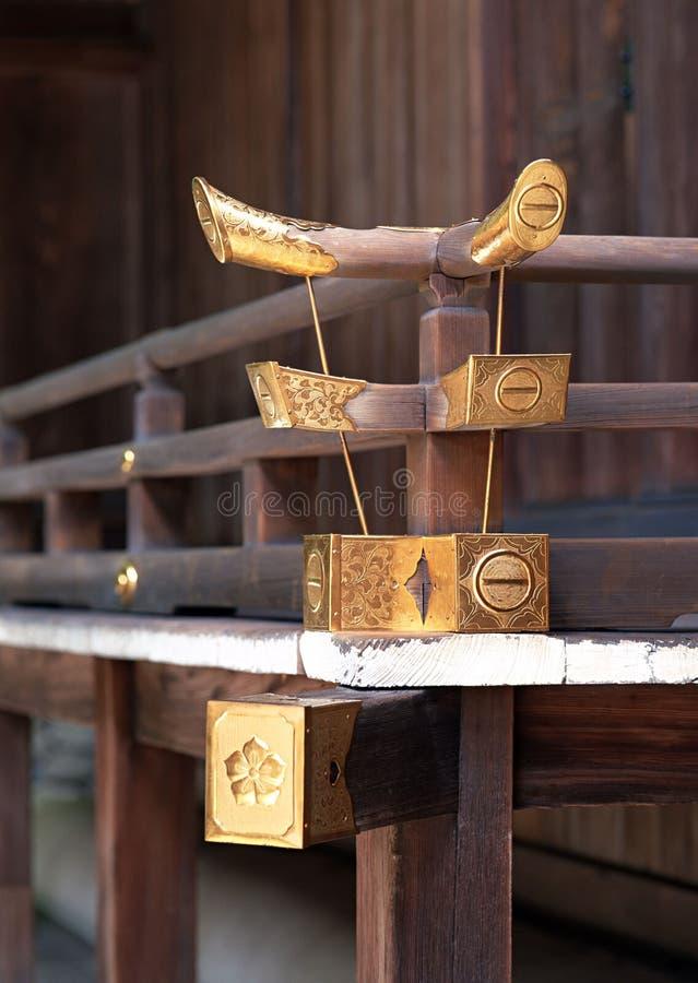Ιαπωνική χρυσή και ξύλινη λεπτομέρεια κιγκλιδωμάτων με το λεπτομερές υπόβαθρο σχεδίου στοκ φωτογραφίες με δικαίωμα ελεύθερης χρήσης