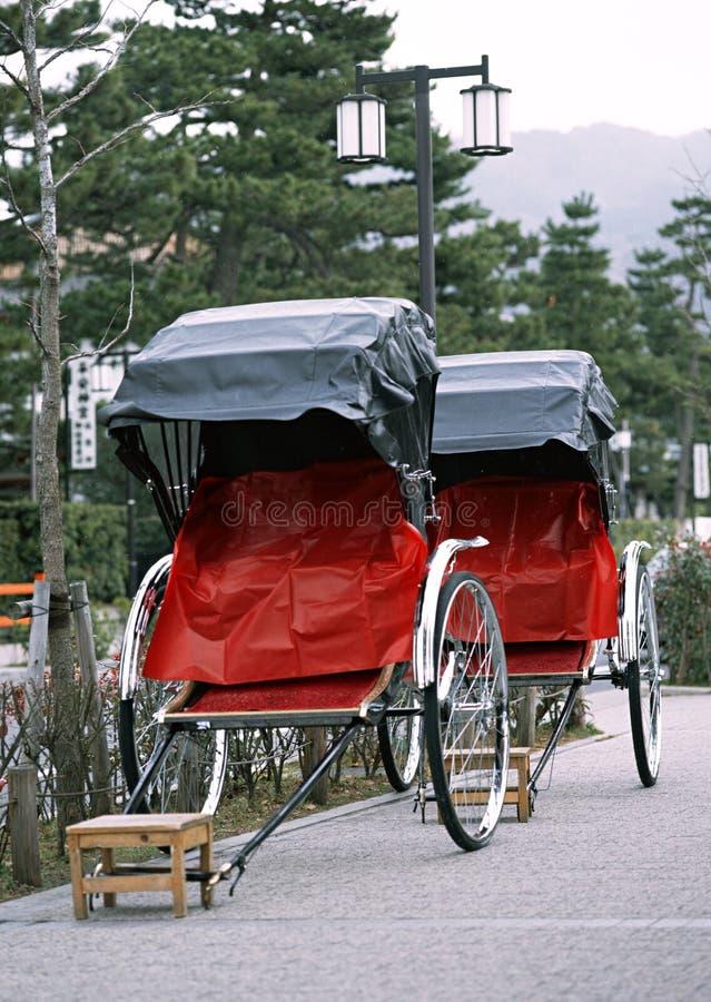 Ιαπωνική παλαιά και παραδοσιακή κόκκινη και μαύρη δίτροχος χειράμαξα τουριστών στοκ εικόνα με δικαίωμα ελεύθερης χρήσης