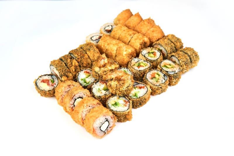 Ιαπωνικό εστιατόριο τροφίμων, gunkan πιάτο ρόλων maki σουσιών ή σύνολο πιατελών Ρόλοι σουσιών Καλιφόρνιας με το σολομό Σούσια στο στοκ εικόνα