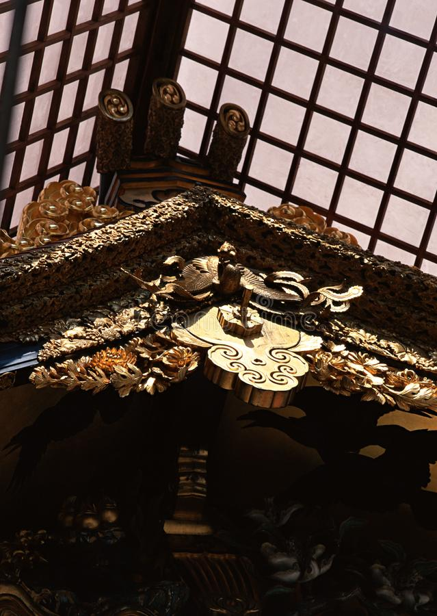 Ιαπωνικό ξύλινο ανώτατο όριο με το περίπλοκο χρυσό υπόβαθρο σχεδίων και λεπτομερειών στοκ φωτογραφίες