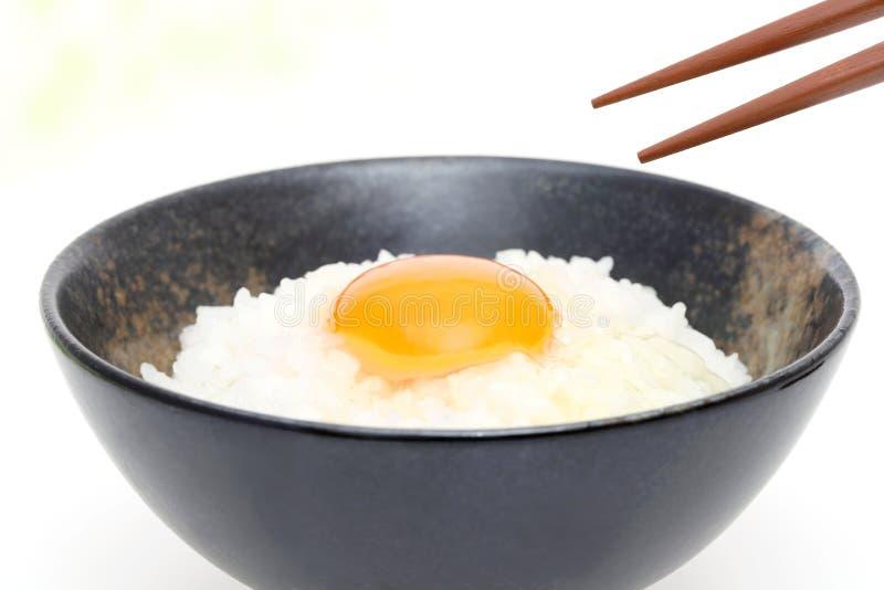 Ιαπωνικό ρύζι με το ακατέργαστο αυγό στοκ εικόνες