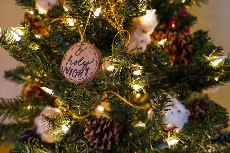 Ιερή νύχτα Ο και άλλες διακοσμήσεις σε ένα χριστουγεννιάτικο δέντρο στοκ εικόνες