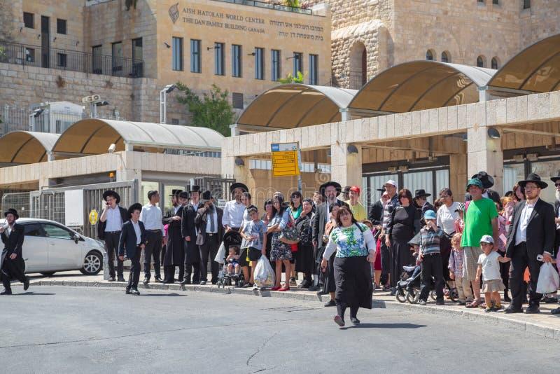 Ιερουσαλήμ, Παλαιστίνη, Ισραήλ 14 Αυγούστου 2015 - ορθόδοξοι Εβραίοι στην παλαιά πόλη Ένα άτομο ultra-orthodox εβραϊκό ή Haridi μ στοκ εικόνες