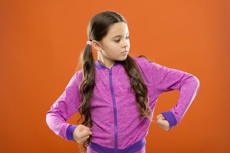 Ικανοποιώντας με το ισχυρό υγιές σώμα της Αίσθημα ισχυρός Το χαριτωμένο κορίτσι παιδιών παρουσιάζει τη δύναμη και δύναμη δικέφαλω στοκ φωτογραφίες με δικαίωμα ελεύθερης χρήσης