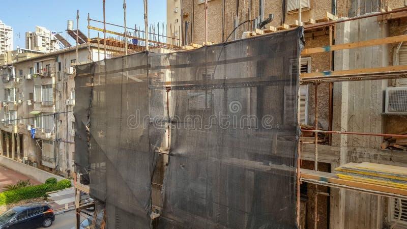 Ικρίωμα και υλικά σκαλωσιάς καθαρά που δημιουργεί στο εργοτάξιο οικοδομής στοκ εικόνα