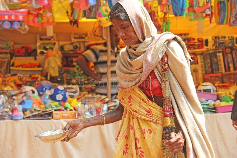 Ινδία, GOA, στις 28 Ιανουαρίου 2018 Η φτωχή γυναίκα ζητά τα χρήματα στην οδό στην Ινδία Μια γυναίκα επαιτών με το χέρι ένδεια στοκ εικόνες με δικαίωμα ελεύθερης χρήσης