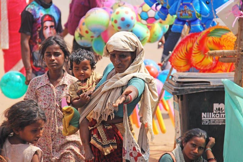 Ινδία, GOA, στις 28 Ιανουαρίου 2018 Η φτωχή γυναίκα με ένα παιδί ζητά τα χρήματα στην οδό στην Ινδία Μια γυναίκα επαιτών με στοκ φωτογραφία με δικαίωμα ελεύθερης χρήσης