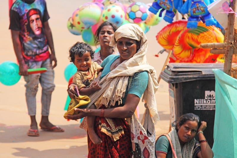 Ινδία, GOA, στις 28 Ιανουαρίου 2018 Η φτωχή γυναίκα με ένα παιδί ζητά τα χρήματα στην οδό στην Ινδία Μια γυναίκα επαιτών με στοκ φωτογραφίες