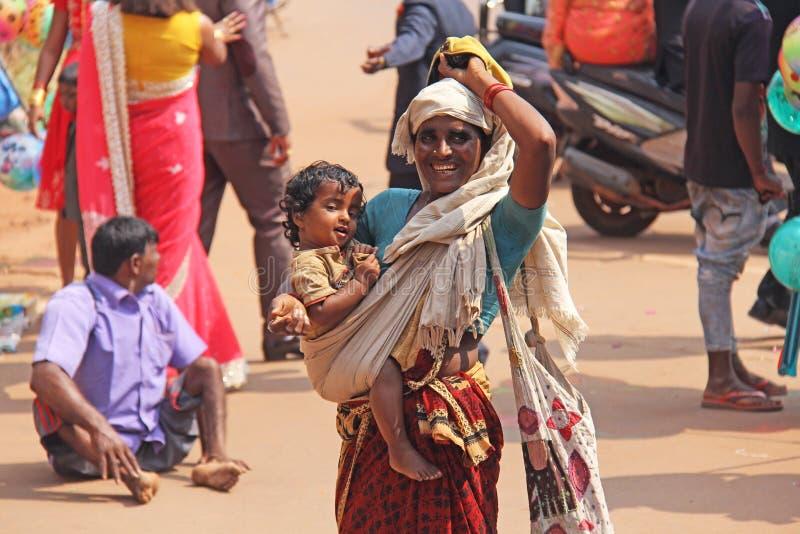 Ινδία, GOA, στις 28 Ιανουαρίου 2018 Η φτωχή γυναίκα με ένα παιδί ζητά τα χρήματα στην οδό στην Ινδία Μια γυναίκα επαιτών με στοκ εικόνα με δικαίωμα ελεύθερης χρήσης