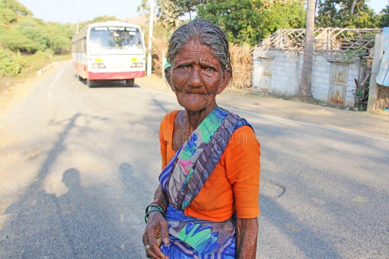 Ινδία, Hampi, στις 31 Ιανουαρίου 2018 Μια ηλικιωμένη ινδική γυναίκα ή μια ηλικιωμένη γυναίκα στις ρυτίδες εξετάζει τη κάμερα στοκ εικόνες