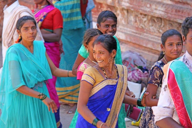 Ινδία, Hampi, την 1η Φεβρουαρίου 2018 Μια ομάδα ινδικών γυναικών που χαμογελούν σε μια οδό στο χωριό Hampi, μέσα στο ναό στοκ εικόνα