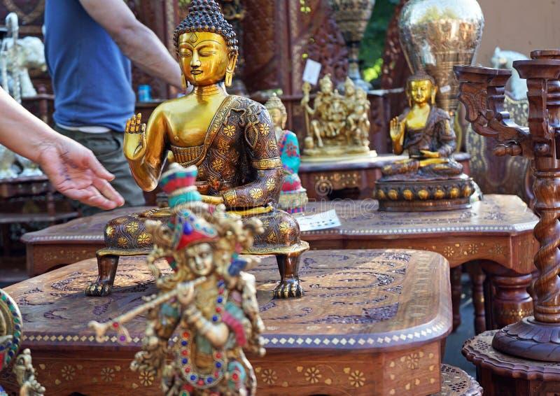 Ινδικά ειδώλια αναμνηστικών του Βούδα και Krishna στοκ φωτογραφία