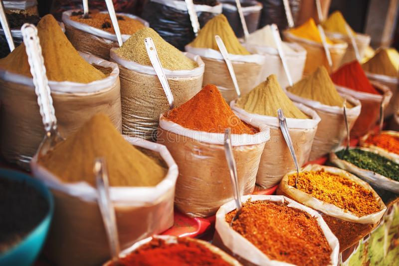 Ινδικά χρωματισμένα καρυκεύματα στην τοπική αγορά Ποικίλα καρυκεύματα των διαφορετικών χρωμάτων και των σκιών, γεύσεις και συστάσ στοκ εικόνες