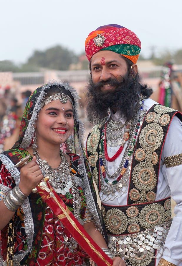 Ινδικό ζεύγος στα εθνικά ενδύματα κατά τη διάρκεια του φεστιβάλ καμηλών στο Rajasthan, Ινδία στοκ εικόνες