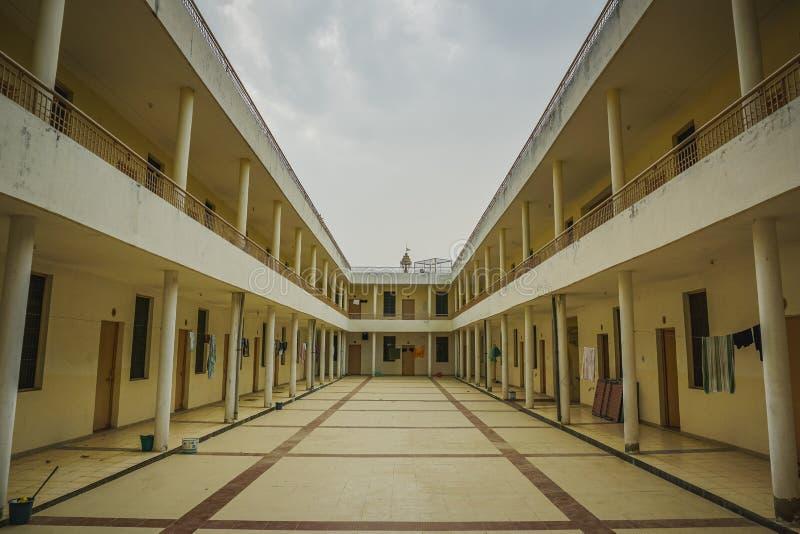 Ινδικό κτήριο με το ανοικτό προαύλιο μέσα Kanpur, Ινδία στοκ εικόνα με δικαίωμα ελεύθερης χρήσης