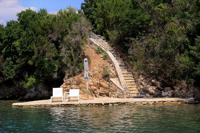 Ιδιωτικές παραλίες στη Μεσόγειο Έδρες, καρέκλες γεφυρών, αργόσχολοι ήλιων και parasols αναμονή τους τουρίστες στοκ φωτογραφίες