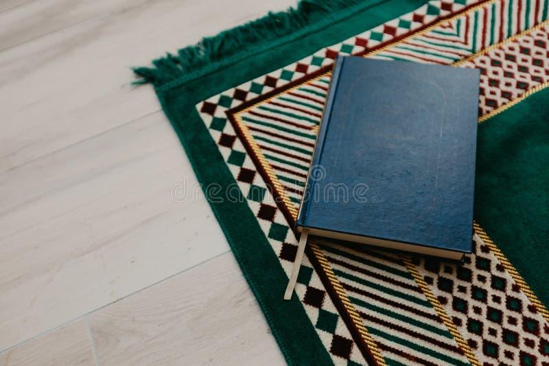 Ισλαμική έννοια - το ιερό Quran σε μια επίκληση ματ - εικόνα στοκ φωτογραφίες