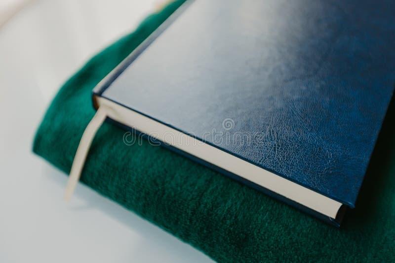 Ισλαμική έννοια - το ιερό Quran σε μια επίκληση ματ - εικόνα στοκ εικόνα με δικαίωμα ελεύθερης χρήσης