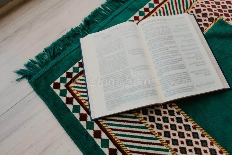 Ισλαμική έννοια - το ιερό Quran σε μια επίκληση ματ - εικόνα στοκ φωτογραφίες με δικαίωμα ελεύθερης χρήσης