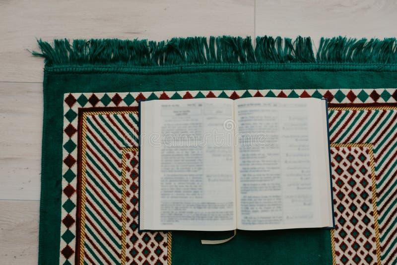 Ισλαμική έννοια - το ιερό Quran σε μια επίκληση ματ - εικόνα στοκ φωτογραφία με δικαίωμα ελεύθερης χρήσης