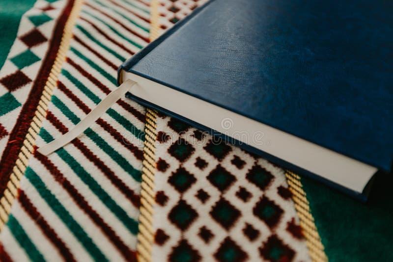 Ισλαμική έννοια - το ιερό Quran σε μια επίκληση ματ - εικόνα στοκ εικόνες με δικαίωμα ελεύθερης χρήσης