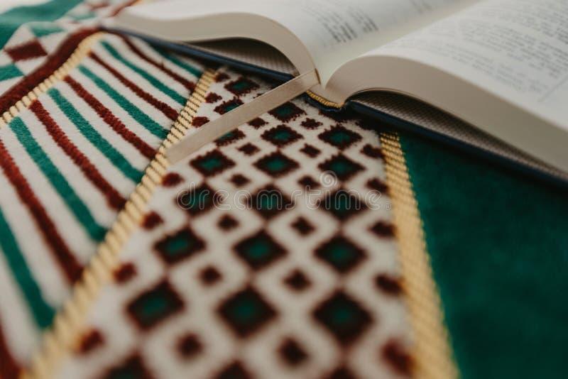 Ισλαμική έννοια - το ιερό Quran σε μια επίκληση ματ - εικόνα στοκ εικόνες