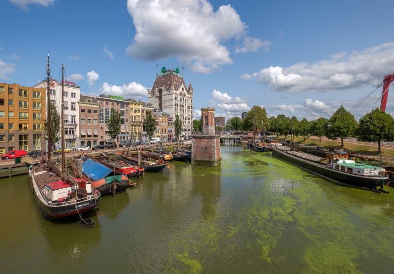 Ιστορικό λιμάνι Oude με τα παλαιά σκάφη στο κέντρο πόλεων του Ρότερνταμ στοκ εικόνα