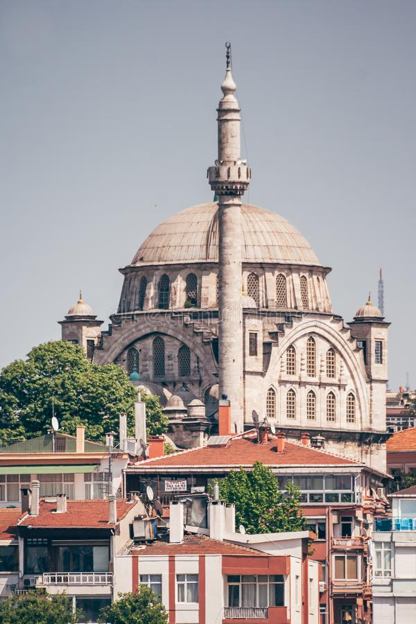 Ιστορικό μουσουλμανικό τέμενος κοντά στη θάλασσα στη Ιστανμπούλ, Τουρκία στοκ εικόνες