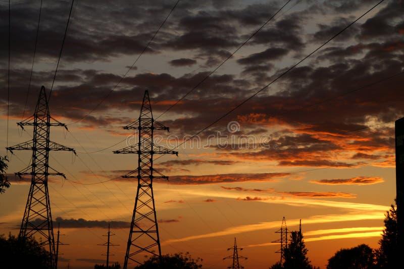 Ιστός σιδήρου των καλωδίων σε ένα υπόβαθρο ενός technogenic ηλιοβασιλέματος στοκ φωτογραφία