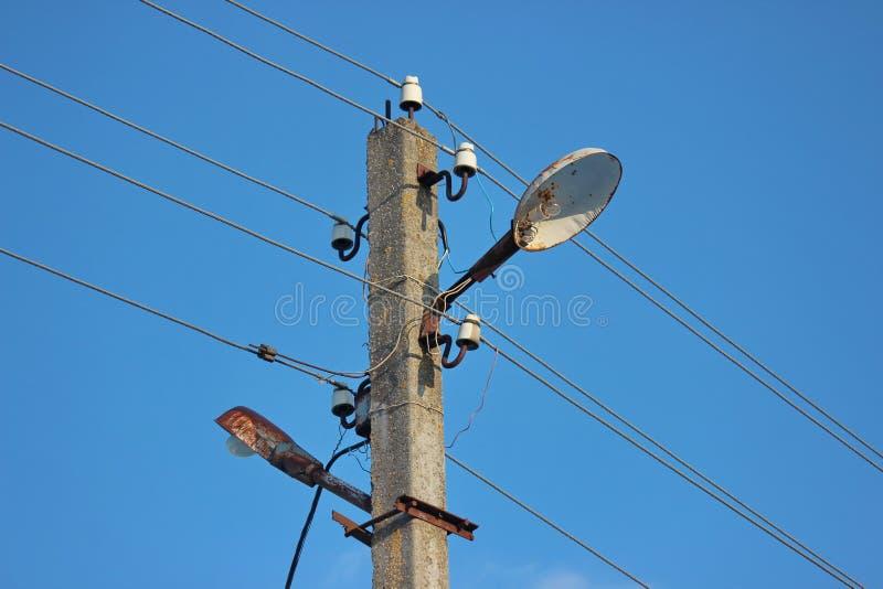Ιστός φωτισμού με τα φω'τα και τα καλώδια συγκεκριμένος πόλος της ηλεκτρικής ενέργειας με πολλές συνδέσεις στο καλώδιο ενάντια σε στοκ εικόνες