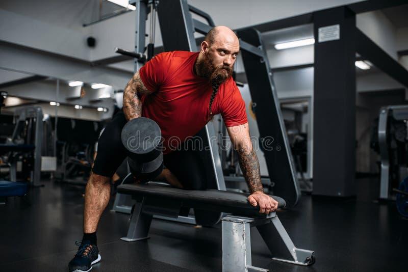 Ισχυρός αθλητής με τον αλτήρα στη δράση, workout στοκ φωτογραφίες με δικαίωμα ελεύθερης χρήσης
