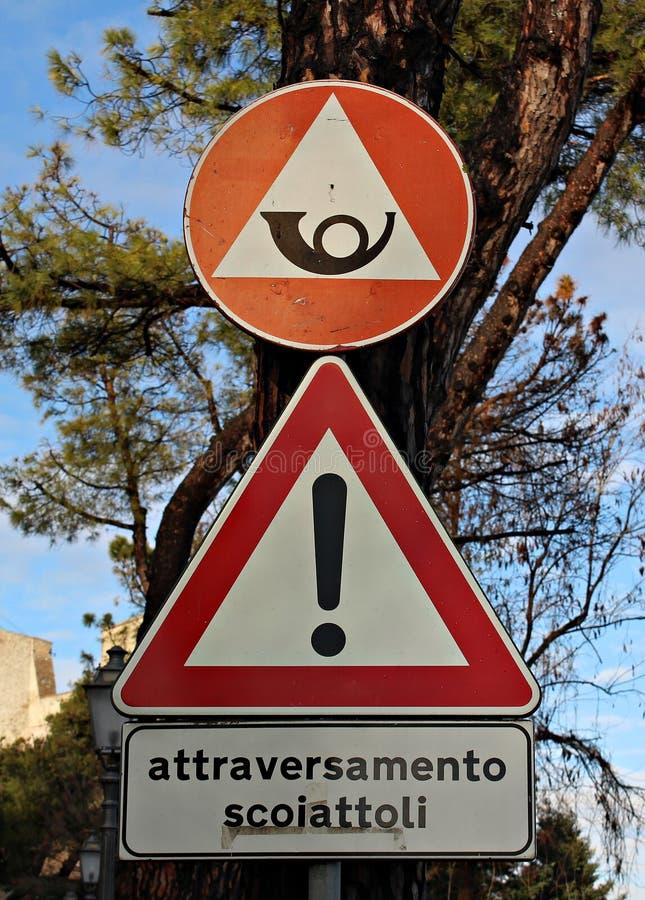 Ιταλία: Οδικά σήματα στην περιοχή βουνών στοκ εικόνες