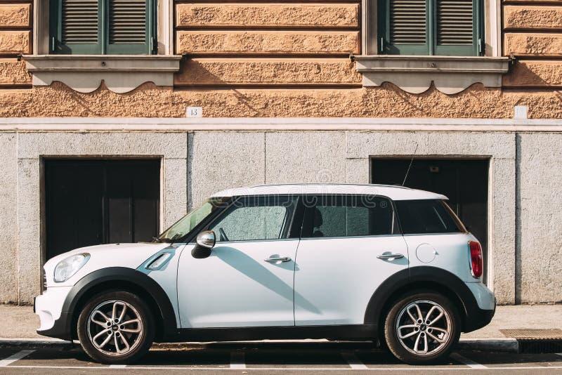 Ιταλία Ρώμη Ο λευκός μίνι χωρικός του Mini Cooper αυτοκινήτων χρώματος στάθμευσε στην οδό στοκ εικόνες με δικαίωμα ελεύθερης χρήσης