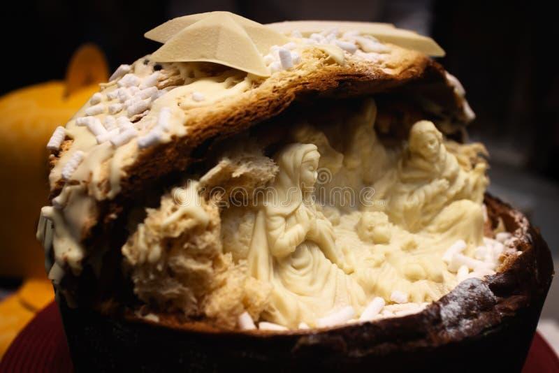 Ιταλικό κέικ Χριστουγέννων panettone Traditiona με την άσπρη διακόσμηση σκηνής nativity σοκολάτας στοκ εικόνες