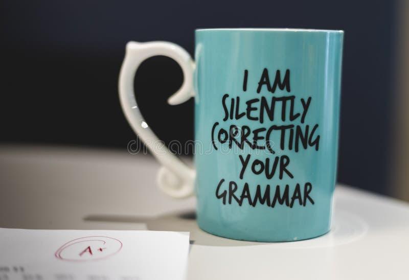 """""""Ι που διορθώνει σιωπηλά κούπα καφέ της γραμματικής σας """" στοκ εικόνες με δικαίωμα ελεύθερης χρήσης"""