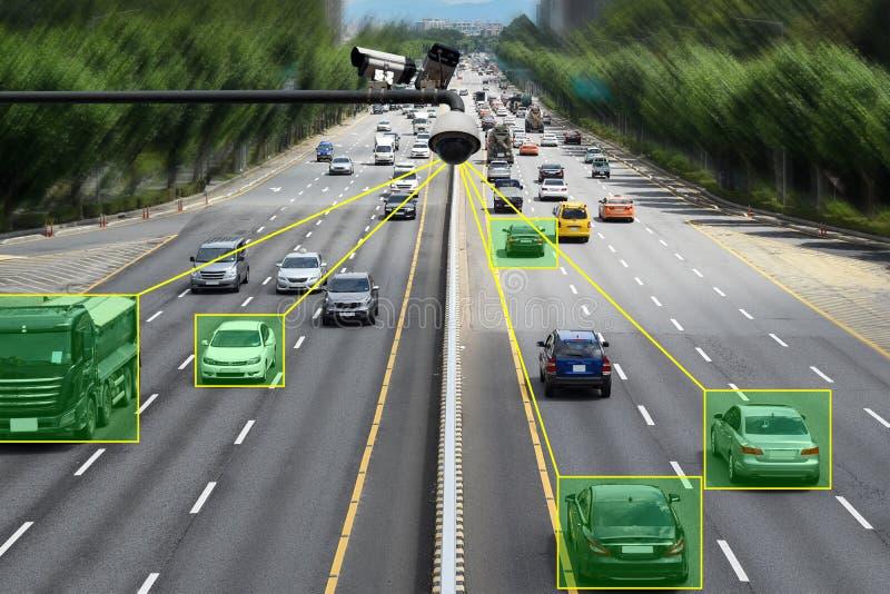 Κάμερα που ελέγχει τα επιταχυνόμενα αυτοκίνητα και την επιτάχυνση στο δρόμο ελεύθερη απεικόνιση δικαιώματος