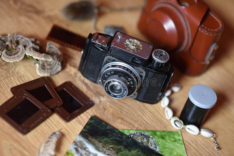 Κάμερα Vinatge με τις φωτογραφίες και τα αναμνηστικά στοκ φωτογραφία