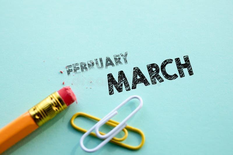 Κάνοντας το Φεβρουάριο μέσα μέχρι τον Μάρτιο από τη γόμα Έννοια για τη δράση και την επίτευξη των στόχων στοκ φωτογραφίες με δικαίωμα ελεύθερης χρήσης