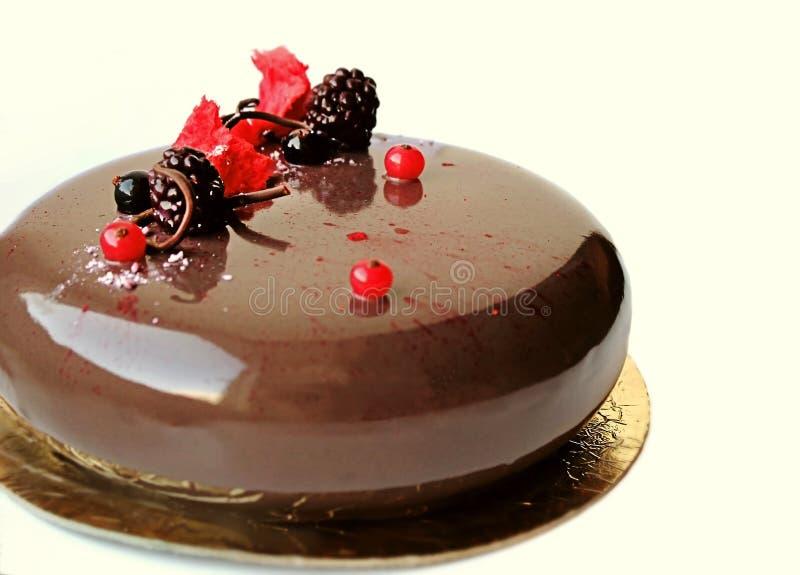 Κέικ σοκολάτας με τα μούρα και τη διακόσμηση σοκολάτας στοκ εικόνα με δικαίωμα ελεύθερης χρήσης