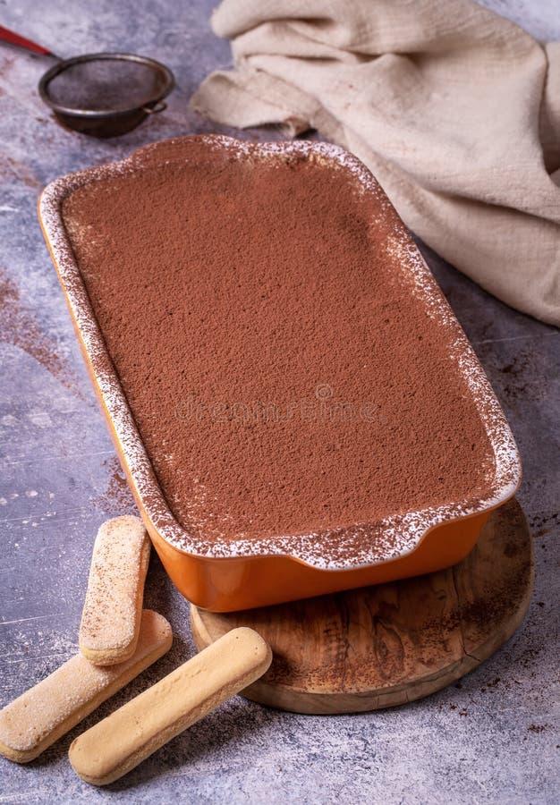 Κέικ Tiramisu στο πιάτο στοκ εικόνες