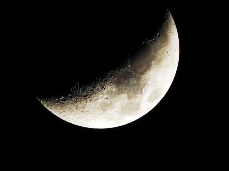 Κήρωμα του ημισεληνοειδούς φεγγαριού στο νυχτερινό ουρανό στοκ φωτογραφίες