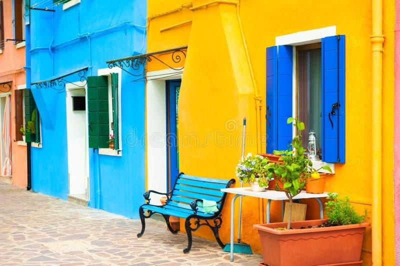 Κίτρινες και μπλε χρωματισμένες προσόψεις των σπιτιών σε Burano, Ιταλία στοκ εικόνες