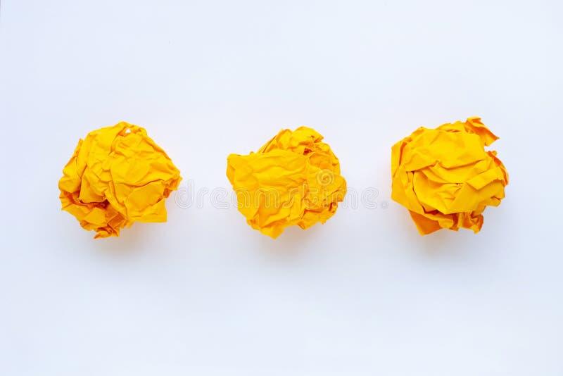 Κίτρινη τσαλακωμένη σφαίρα εγγράφου που απομονώνεται στο λευκό στοκ φωτογραφία με δικαίωμα ελεύθερης χρήσης