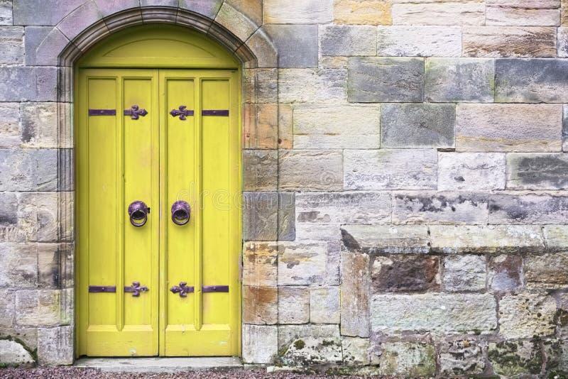 Κίτρινη παλαιά ξύλινη είσοδος σπιτιών πορτών αγροτική αρχαία σε Culross στοκ εικόνες